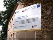 Toruń Wschodni, tablica informująca o modernizacji linii nr 207